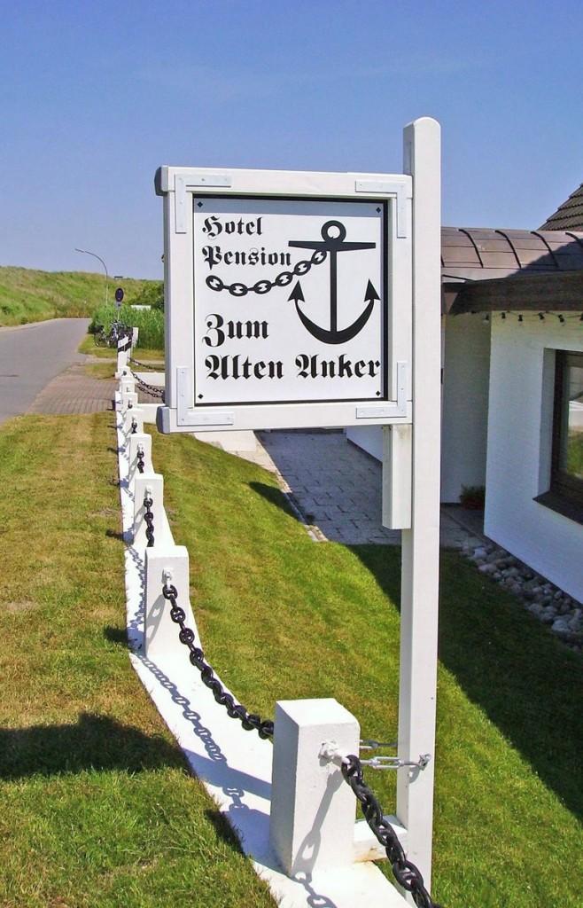 """St. Peter-Ording Pension """"Zum Alten Anker"""": Das ortsbekannte Hotelschild am Norderdeich"""
